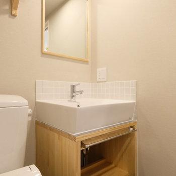 造作洗面台はナチュラルな雰囲気をプラス◎※※写真は2階の似た間取り、別部屋のもの