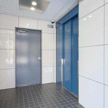 エントランスのエレベーターは爽やかなブルーで◎