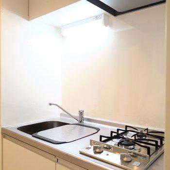 キッチンは2口ガスコンロです!(※写真は2階の同間取り別部屋のものです)