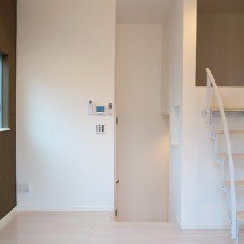 可愛らしい階段で次はキッチンへ。(※写真は2階の同間取り別部屋のものです)