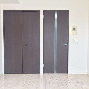 真っ白なお部屋にブラウンのアクセントでお部屋がぎゅっと締まります。※写真は3階の同間取り別部屋のものです