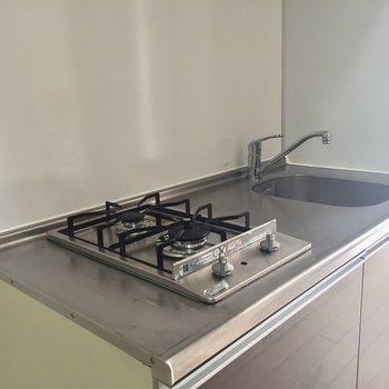 嬉しい2口コンロ!手前で炒め物をしながら奥ではコトコト煮込み料理を。※写真は3階の同間取り別部屋のものです