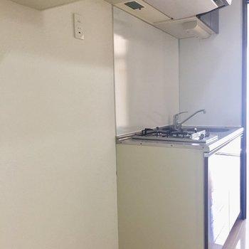 キッチン横に冷蔵庫を。※写真は3階の同間取り別部屋のものです