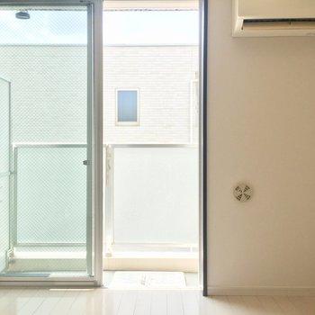 南向きの大きな窓からは太陽の明かりをたっぷりと取り込みます。※写真は3階の同間取り別部屋のものです
