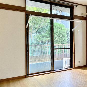 【LDK】窓際には室内干し掛けが付いてますね。