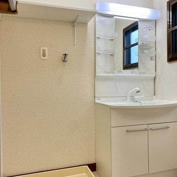 独立洗面台と室内洗濯機置き場は仲良く隣同士。