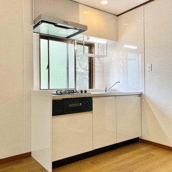 【LDK】小窓付きの明るいキッチン。
