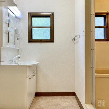 脱衣室とお風呂には小窓付き。