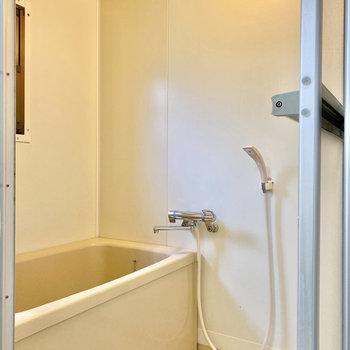 お風呂にはシャンプーなど置いておけるラックを用意しておくと◎