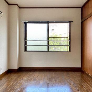 【洋室約6帖】玄関入ってすぐ右のお部屋。