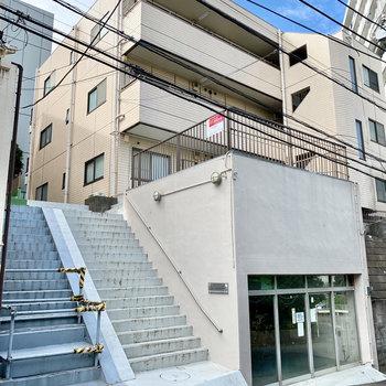お部屋はこちらの階段を上がった先にあります。