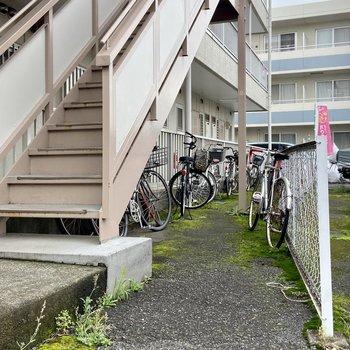 駐輪場は階段下のスペースに。