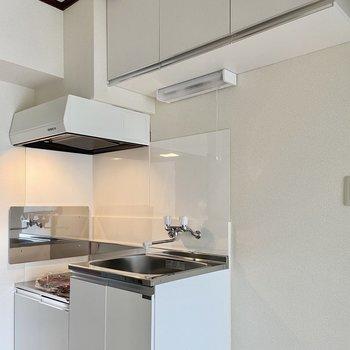 キッチンも真っ白です。収納が充実していますよ。