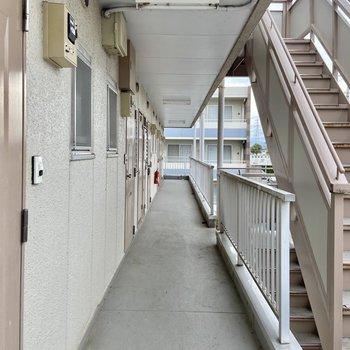 共用廊下は屋根がついているので雨の日も濡れにくいですよ。