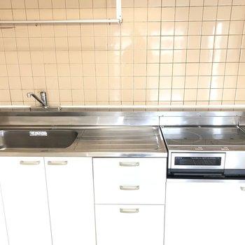 【LDK】作業スペースが広々としているので料理しやすそうです。