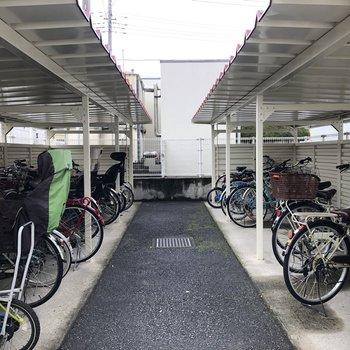 駐輪場も屋根付きで安心です。
