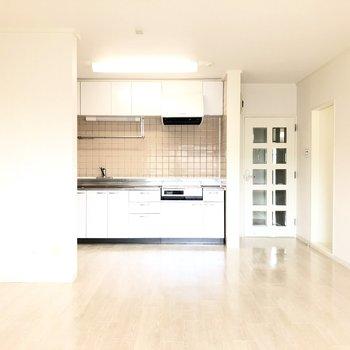 【LDK】キッチンスペースとの間に仕切りがあるのでここでゆるく空間を分けましょう。