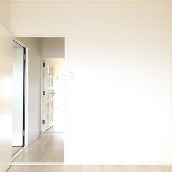 【洋室4.9帖】廊下が見えますね。