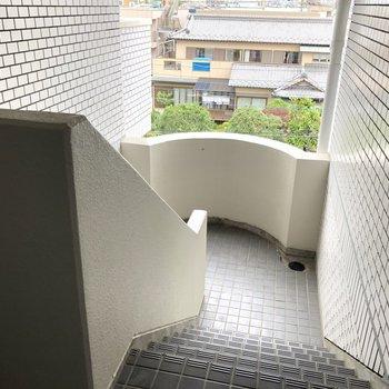 4階までこの階段を上ります!!