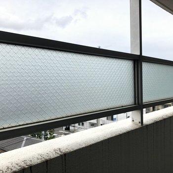 【北西向きバルコニー】目隠しガラスが付いています。