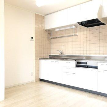 【LDK】サーモンピンクのタイルがかわいらしい♪冷蔵庫は壁沿いに。
