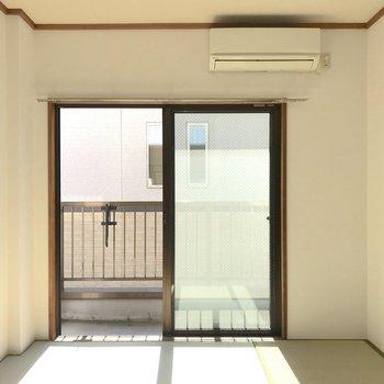 和室も南向きでポカポカしています。クッションをおいてゴロゴロしたくなる。※写真は2階の同間取り別部屋のものです