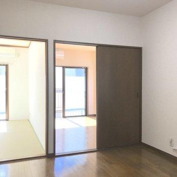 キッチン側から洋室・和室をパシャリ。両部屋とも扉で仕切ることができます。※写真は2階の同間取り別部屋のものです
