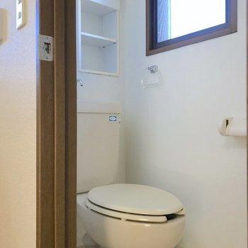 トイレには小窓や棚も設置。閉塞感を感じにくい造り。※写真は2階の同間取り別部屋のものです