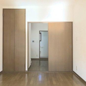 洋室にはスリムな収納が一つ。※写真は2階の同間取り別部屋のものです