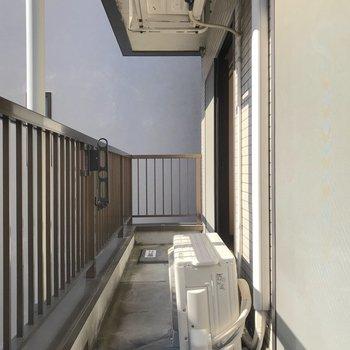 2部屋にまたがっていてゆったりとしています。日当たりがいいので洗濯物がよく乾きそうですね。※写真は2階の同間取り別部屋のものです