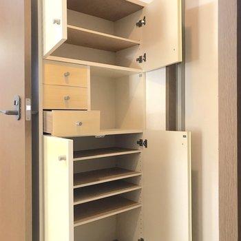 高さの違う段に加え、鍵などの小物もしまって置ける大容量のシューズボックス。これは便利。※写真は2階の同間取り別部屋のものです