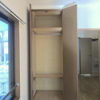 ハンガーポールもついた3段の収納。衣類の整理に役立ちますね。※写真は2階の同間取り別部屋のものです