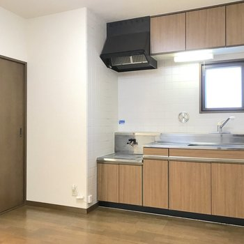 左隅に冷蔵庫を置くといいかも。※写真は2階の同間取り別部屋のものです