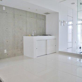 ホワイトカラーのキッチンは玄関入ってすぐの場所に(※写真は11階の同間取り別部屋のものです)