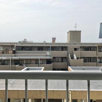 目の前は建物だけど、最上階なので圧迫感はありません。