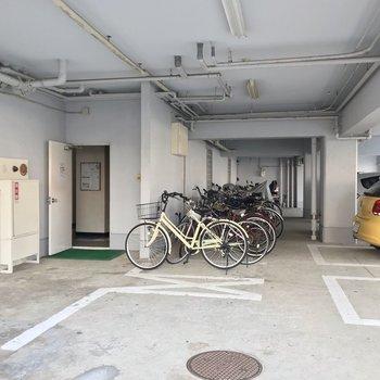駐車場の一角に駐輪場。原付バイクも停められます◎