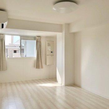 リビングも洋室もエアコンがサービス設置!快適です♩