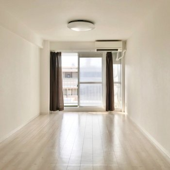 右に曲がってリビングへ。縦に長い空間なので家具でゆるっと区切りたい◎