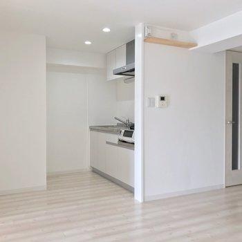 キッチンは洋室の隣に、奥まったかたち。