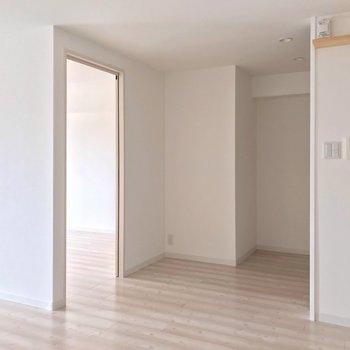 洋室はお隣に。箱のように仕切られていて個室感があります。