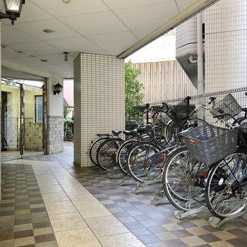 駐輪場はマンションの入口にあります