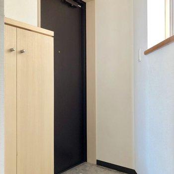 窓があるため、玄関も明るいですね※写真は7階の同間取り別部屋のものです