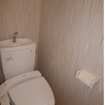 清潔感のあるトイレです※写真は7階の同間取り別部屋のものです