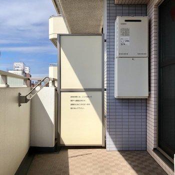 日当たりがよく、洗濯物をゆったり干せそうな広めのバルコニーです※写真は7階の同間取り別部屋のものです