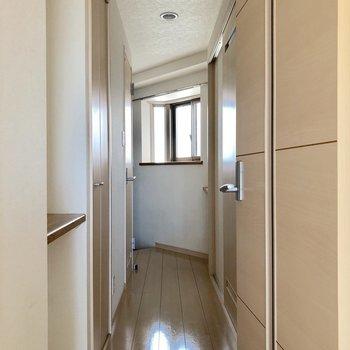 窓からの光が廊下を照らしてくれています※写真は7階の同間取り別部屋のものです