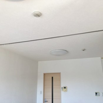 上を見上げるとカーテンレールがあるので、お部屋を仕切ることができます※写真は7階の同間取り別部屋のものです