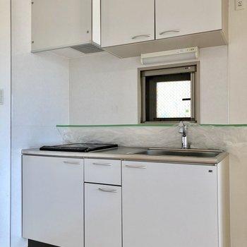 キッチンは小窓付きなので換気も楽々にできちゃいます※写真は7階の同間取り別部屋のものです