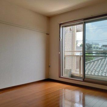 太陽がしっかり入る窓際にベッドかな?※写真は2階の同間取り別部屋のものです