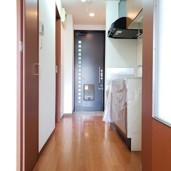 居室からの廊下です。十分な幅がありますよ。※写真は2階の同間取り別部屋のものです