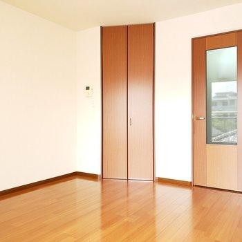 左側はウォークインクローゼット。※写真は2階の同間取り別部屋のものです